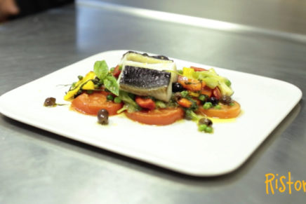 Black Cod Alaska Seafood brasato con peperoni e pisellini